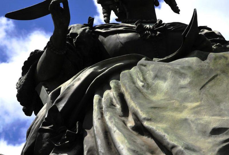 Fontaine et statue Sévigné à Grignan - 3