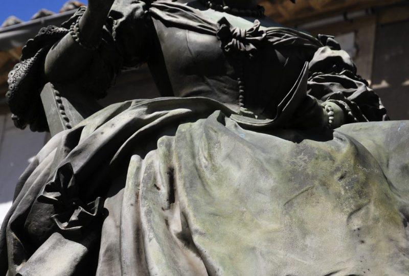 Fontaine et statue Sévigné à Grignan - 2
